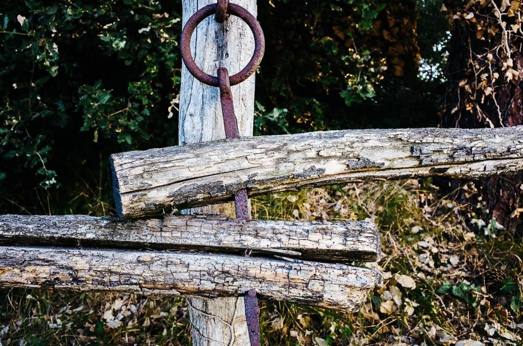 Ungleichheit - Holzzaun mit Eisenring