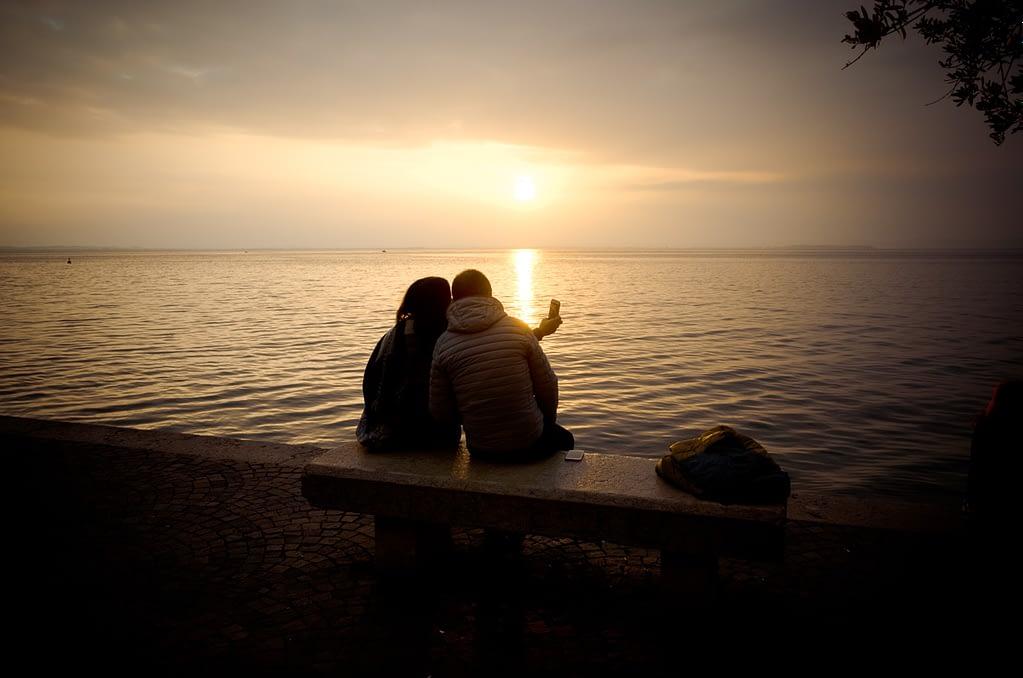 Paar im Abendlicht - Partner finden