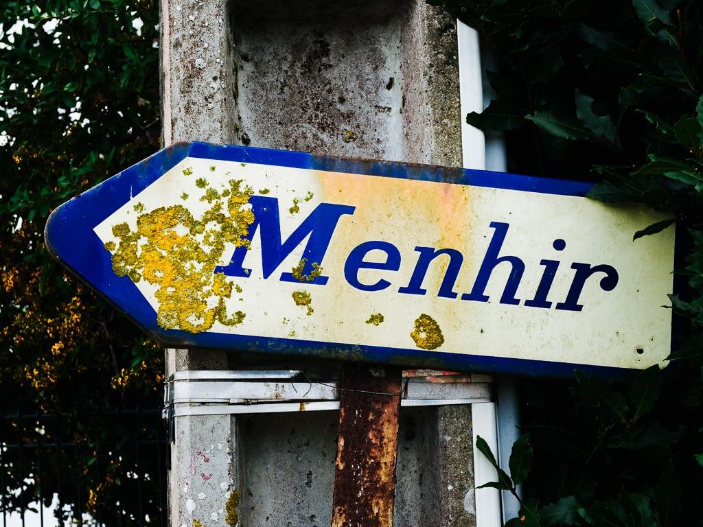 einzigartig: Menhir Straßenschild