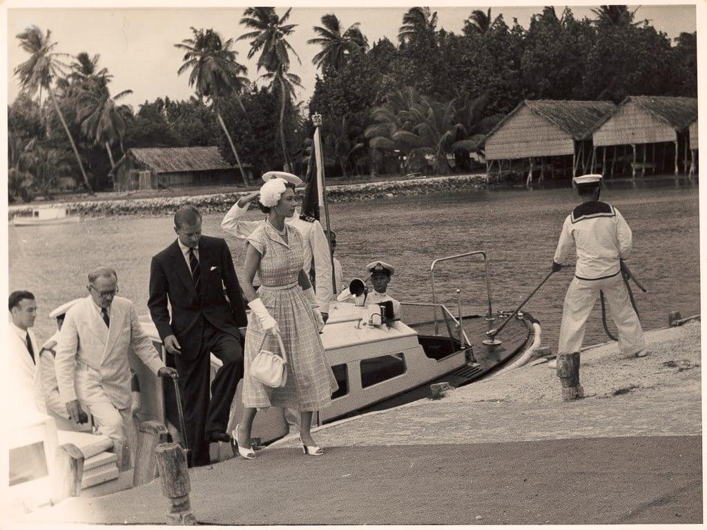 Ungleichheit in der Ehe - Queen und Prinz gehen an Land