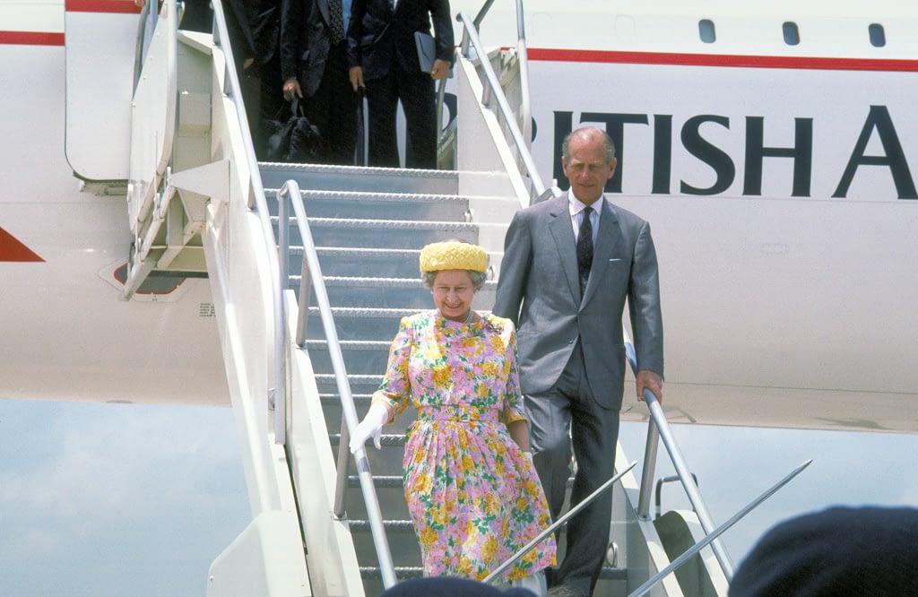 Ungleichheit in der Ehe - Queen und Philip kommen aus dem Flugzeug