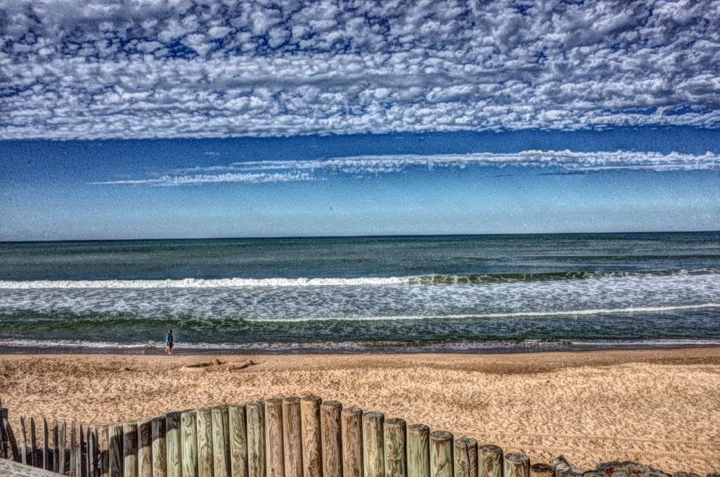 Voller Lebensfreude am Strand spazieren gehen