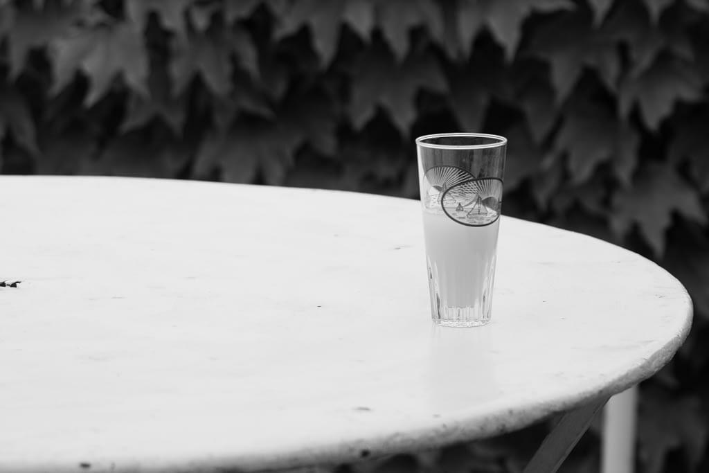 Pastisglas auf Eisentisch