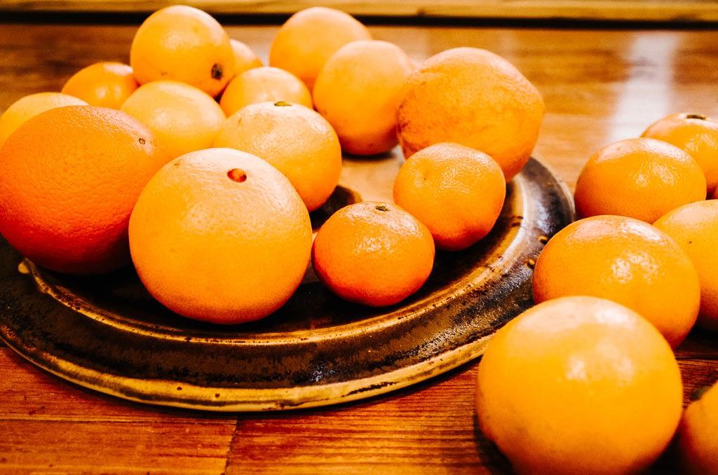 Orangen liegen auf Obstteller
