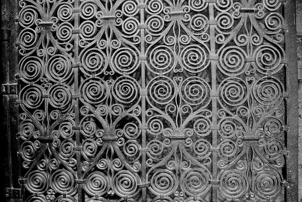 Eisentür mit Ornamenten