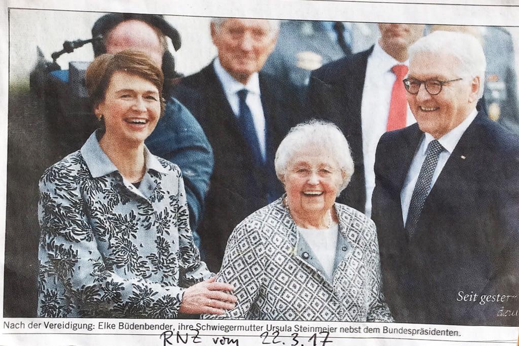 Ehre wem Ehre gebührt: Nach der Vereidigung des Bundespräsidenten steht: Ursula Steinmeier in der Mitte
